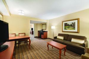 Deluxe King Suite - Disability Access/Non-Smoking