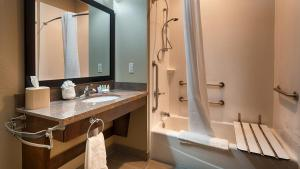 King Suite with Kitchenette - Disability Access/Bath Tub