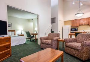 Efficiency Room with Two Double Beds - Non-Smoking