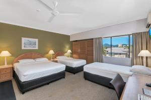 Superior Room with 1 Queen Bed and 2 Single Beds (2 Adults)
