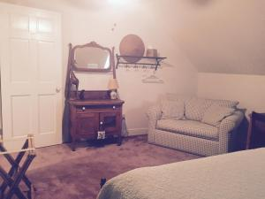 Queen Room with Shared Bathroom-BR2