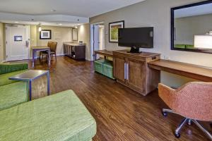 Queen Suite with Two Queen Beds -with Micro / Fridge/ Wet-bar - Non-Smoking