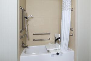 King Room - Hearing Accessible - with Bath Tub