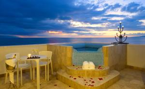 Master Oceanfront Suite with Jacuzzi