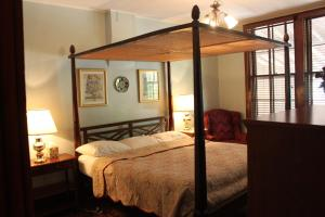 Two-Bedroom Suite with Queen and King Bed and Two Baths
