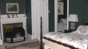 Queen and Single Room with Shared Bathroom