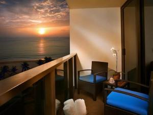 Deluxe King Room with Partial Ocean View and Balcony