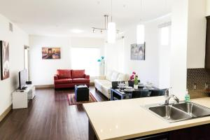 Two-Bedroom Apartment On La Brea Avenue