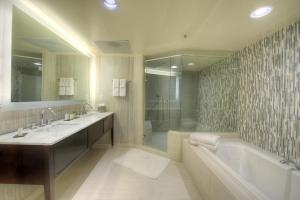 King Suite with Soaking Tub