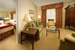 Deluxe Double Queen Suite