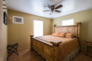 Two-Bedroom Cabin with Two Queen Beds - Sofa Bed 2