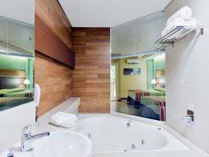 Suite Master with Hot Tub (2 Adults)