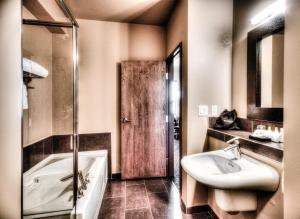 Queen Executive Full Bathroom