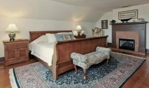 Les Poisson Room (Private Bedrooms with a Shared Bathroom)