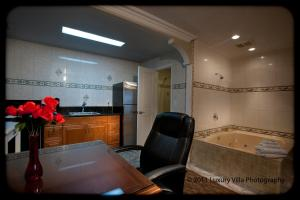 Suite with Spa Bath and Full Kitchen
