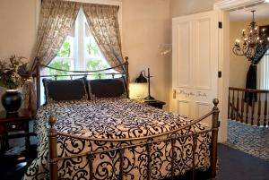 Queen Room with Spa Bath - Brayton Suite