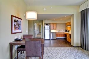 One-Bedroom Queen Corner Suite - Hearing Accessible
