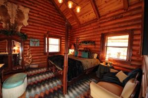 The Cattleman Two-Bedroom Cottage with Spa Bath – Lake View