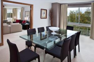 Deluxe Three-Bedroom Apartment with Park View