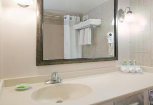 King Room - Hearing Accessible - Roll-in Shower - Gulf Front