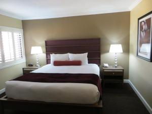 Deluxe King Suite (No Resort Fees)
