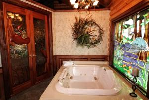 Cattail One-Bedroom Cottage with Spa Bath – Lake View