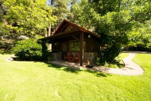 King Cottage with Creek View (2-4 Adults)
