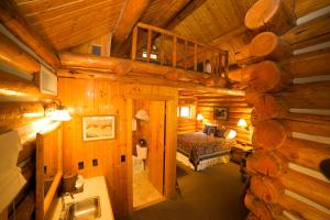 Queen Cottage with Loft (4 Adults) - Creekside