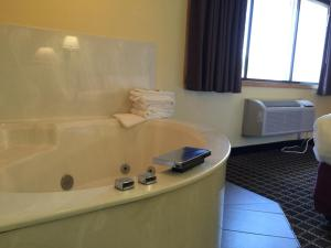 Suite with Hot Tub - Non-Smoking