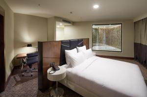 Executive Suite with King Bed - Lounge Access