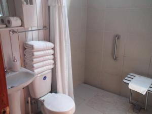 Two-bedroom house with Disability Access Bathroom (5 adults)