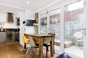 Two Bedroom Flat in Queens Park in London, Greater London, England