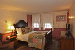 Deluxe Queen Room with One Queen Bed