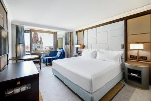 Executive King Room with Danube View and Executive Lounge Access