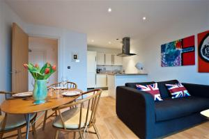 Friendly Rentals Canal View in London, Greater London, England