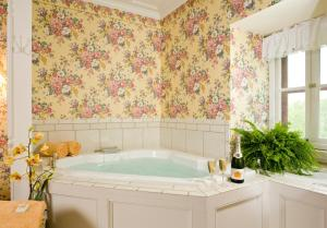Queen Deluxe Suite with Spa Bath