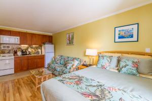 Tropical Studio with Queen bed and Sofa sleeper ( 2 )