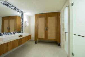 Almar One Bedroom Jacuzzi Suite