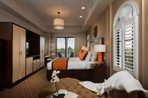 King Suite with Water View - Disability Access with Roll-In Shower