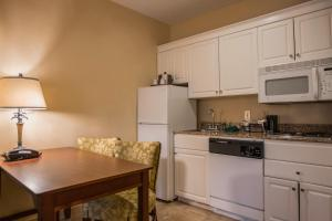 Queen Suite with Kitchen - Non-Smoking