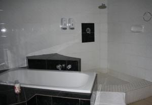 Double Room with Private En Suite Bathroom -1