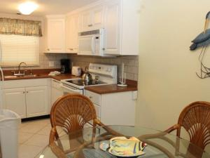 #120 At Surf Song Resort, Apartments  St Pete Beach - big - 4