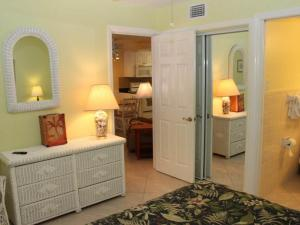 #119 At Surf Song Resort, Apartments  St Pete Beach - big - 2