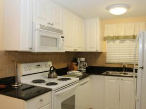#119 At Surf Song Resort, Apartments  St Pete Beach - big - 5