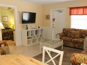 #119 At Surf Song Resort, Apartments  St Pete Beach - big - 7