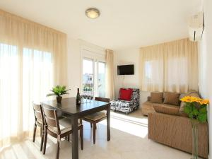 Apartment Puigmal 138 E1, Apartments  Empuriabrava - big - 5