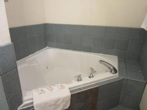 King Suite with Spa Bath - Kitchenette - Smoking