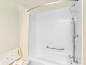 Room with One Double Bed and Bath Tub - Disability Access/Non-Smoking