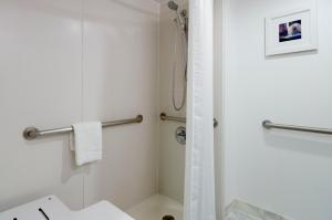 King Guest Room with Roll in Shower - Disability Access