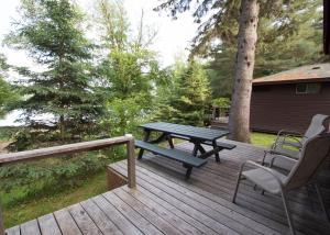 One-Bedroom Cottage with Lake View